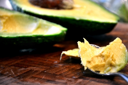 carving-avocado-with-a-teaspoon